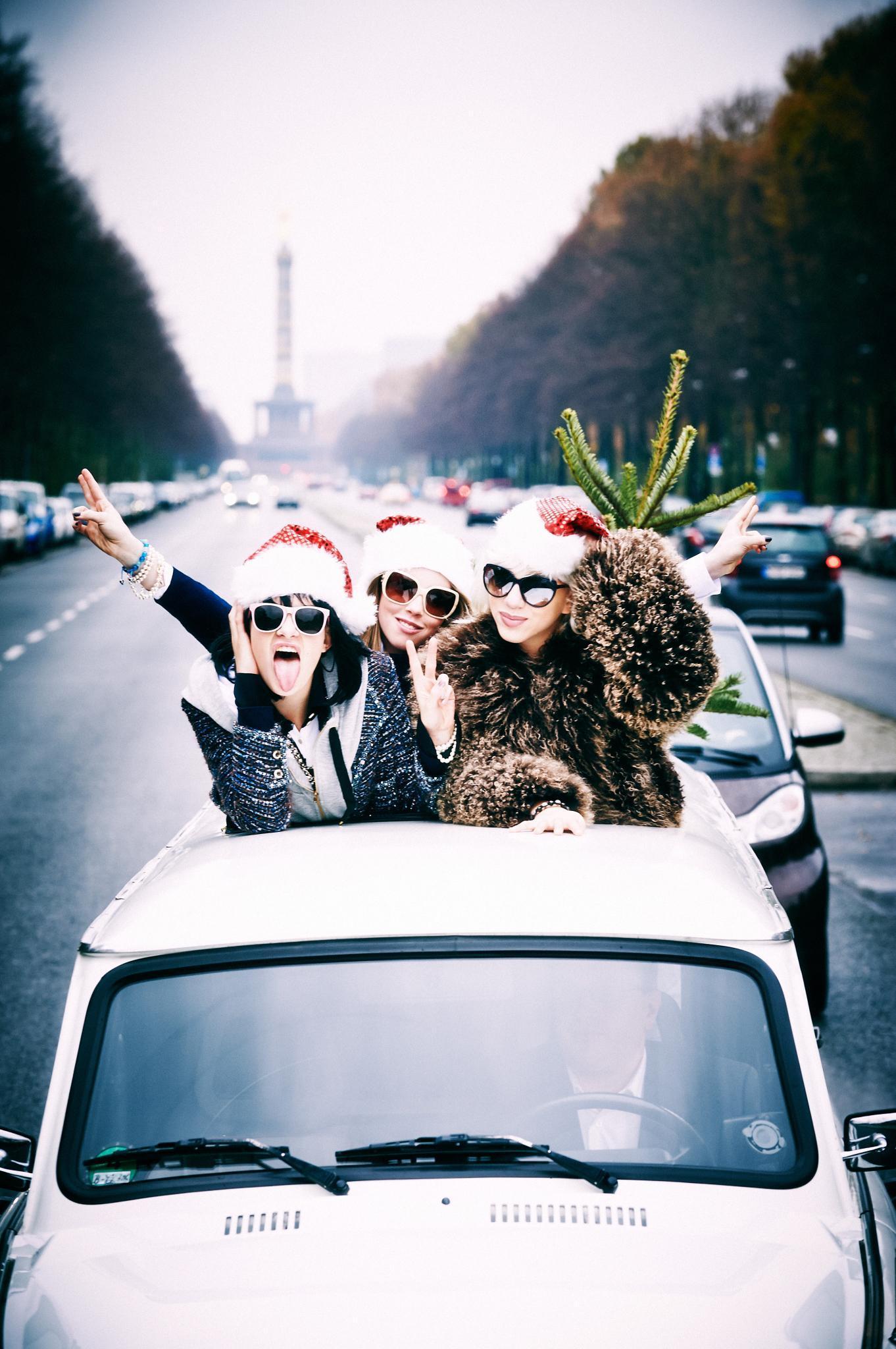 Die X-mas-Girlie-Gang als Trabi-Trio: Anna (ganz r.) und zwei ihrer Modelkolleginnen bei einer Spritztour durch Berlin. Im Hintergrund die Siegessäule.