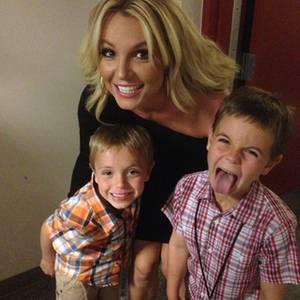 """""""Ich habe die zwei süßesten Jungs der Welt"""", twitterte Britney Spears zu dem Foto mit sich und ihren Söhnen Jayden James, sieben, und Sean Preston, acht."""