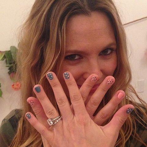 Drew Barrymore zeigt ihre lackierten Nägel