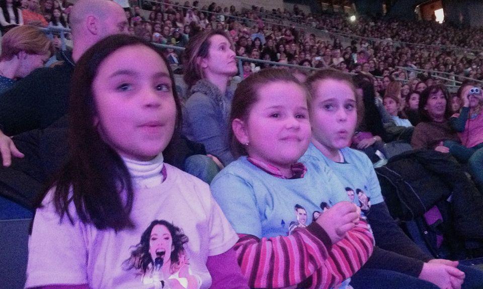 """Drei Mädchen, eine Leidenschaft: Für das Konzert in Barcelona haben sie ihre """"Violetta""""-T-Shirts angezogen."""