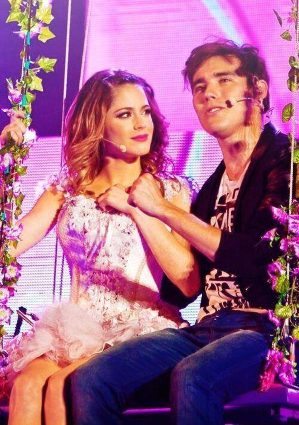"""""""Violetta"""" (Martina Stoessel) und """"Leon"""" (Jorge Blanco) schwingen sich bei den Konzerten für ihre Fans in die Lüfte."""