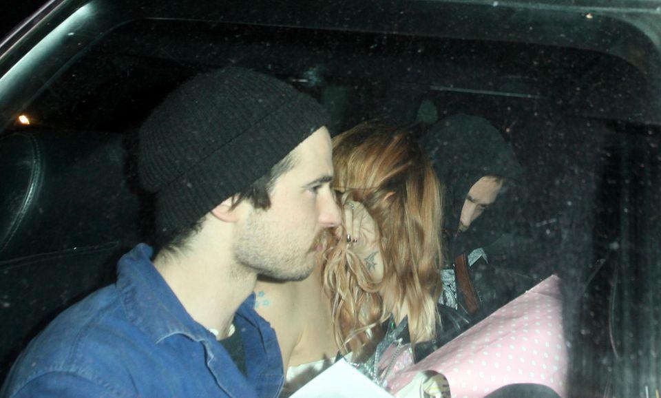 Enge Freunde: Bei der Heimfahrt quetschen sich Sienna Miller, ihr Freund Tom Sturridge und Robert Pattinson zusammen auf die Rückbank.