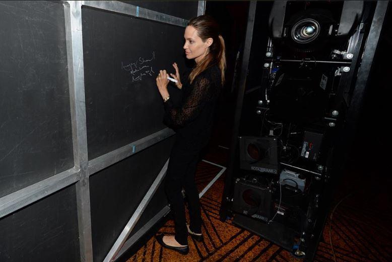 """Hinter den Kulissen des Musicals verewigt die Schauspielerin sich auf einer Wand mit den Worten: """"Tolle Show! In Liebe, Angelina Jolie""""."""