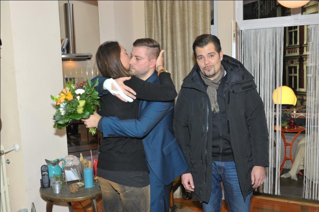Felix von Jascheroff verabschiedet sich von seinen Kollegen janina Uhse und Daniel Fehlow