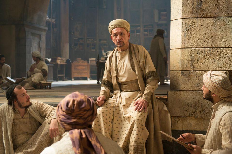 "Der berühmte Arzt Ibn Sina (Ben Kingsley) im Kreise seiner Schüler – Szene aus ""Der Medicus""."