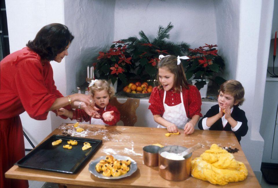 Plätzchenbacken mit den Kindern: Silvia mit Madeleine, Victoria und Carl Philip (v. l.) Weihnachten 1984