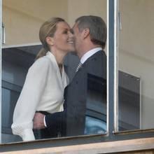 Bettina und Christian Wulff begrüßen sich herzlich im Landgericht Hannover.