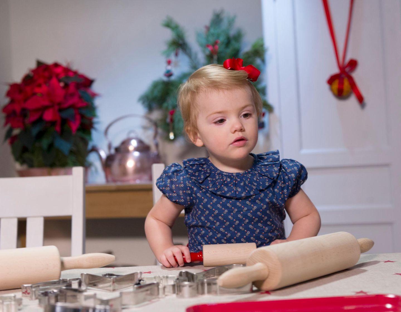 Prinzessin Estelle weiß, was sie will: am liebsten nur Kätzchen-Plätzchen ausstechen und möglichst viel Teig naschen.