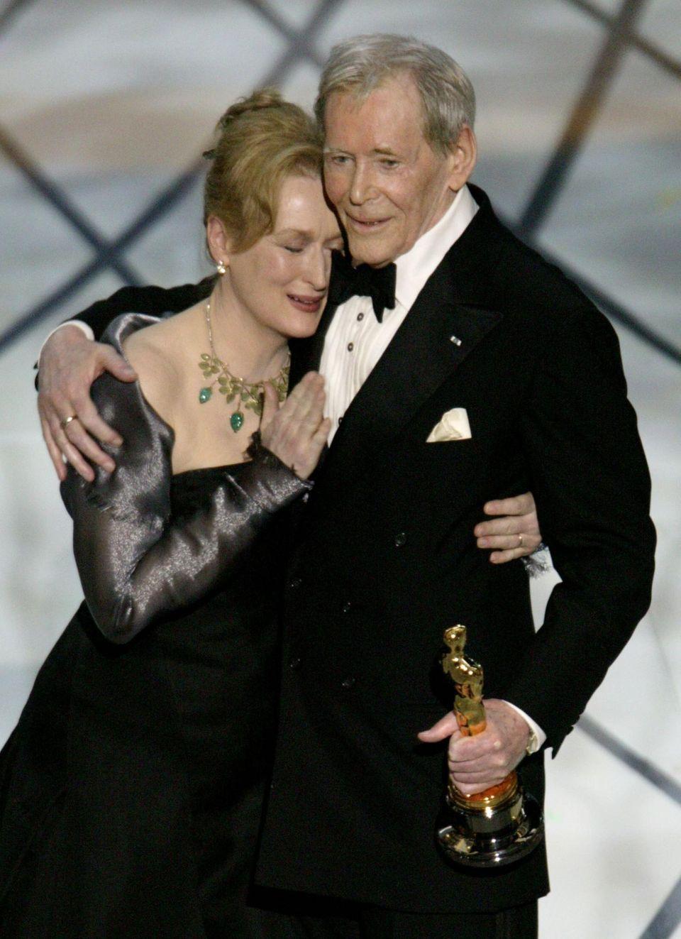 Meryl Streep verleiht Peter O'Toole 2003 den Ehren-Oscar für sein Lebenswerk.