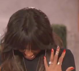 """Kelly Rowland zeigt ihren Verlobungsring in der """"Queen Latifah Show""""."""