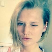 Auf ihrem Instagram-Profil schreibt Toni ganz lässig, dass sie wohl vergessen hätte zu erwähnen in St. Barth ein paar Haare gelassen zu haben. Übrigens nach eigener Angabe ihr erster Kurzhaarschnitt und voll im Trend.