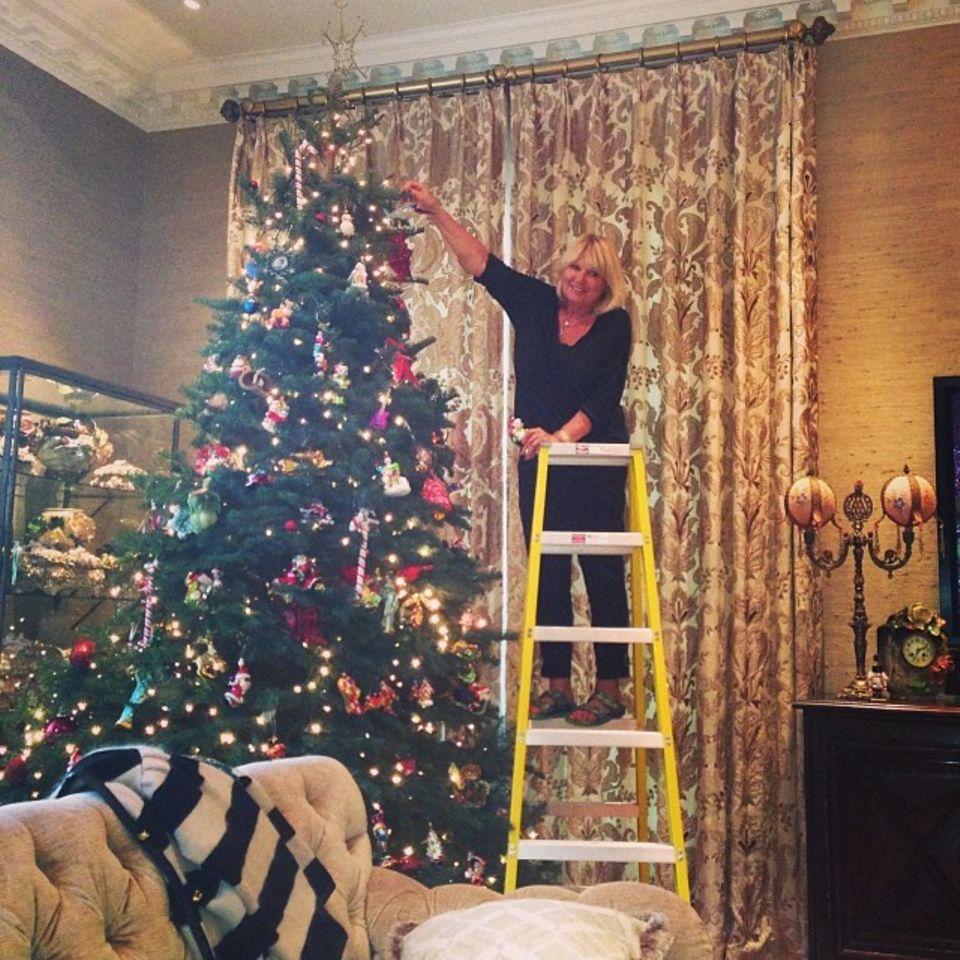 Heidi Klums Mutter Erna schmückt den Tannenbaum.