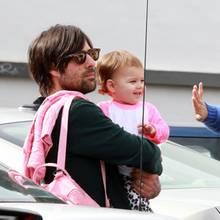 24. Januar 2012: Jason Schwartzman trägt seine Tochter Marlowe Rivers durch West Hollywood.