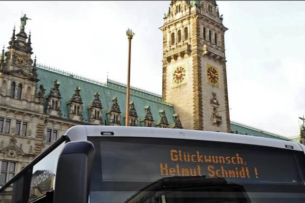 """Auch die Hamburger """"Hochbahn"""" gratuliert Helmut Schmidt, der Ehrenbürger der Hansestadt ist."""
