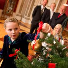 Prinz Sverre Magnus und Prinzessin Ingrid Alexandra schmücken fürs Weihnachtsfoto schon mal den Baum.