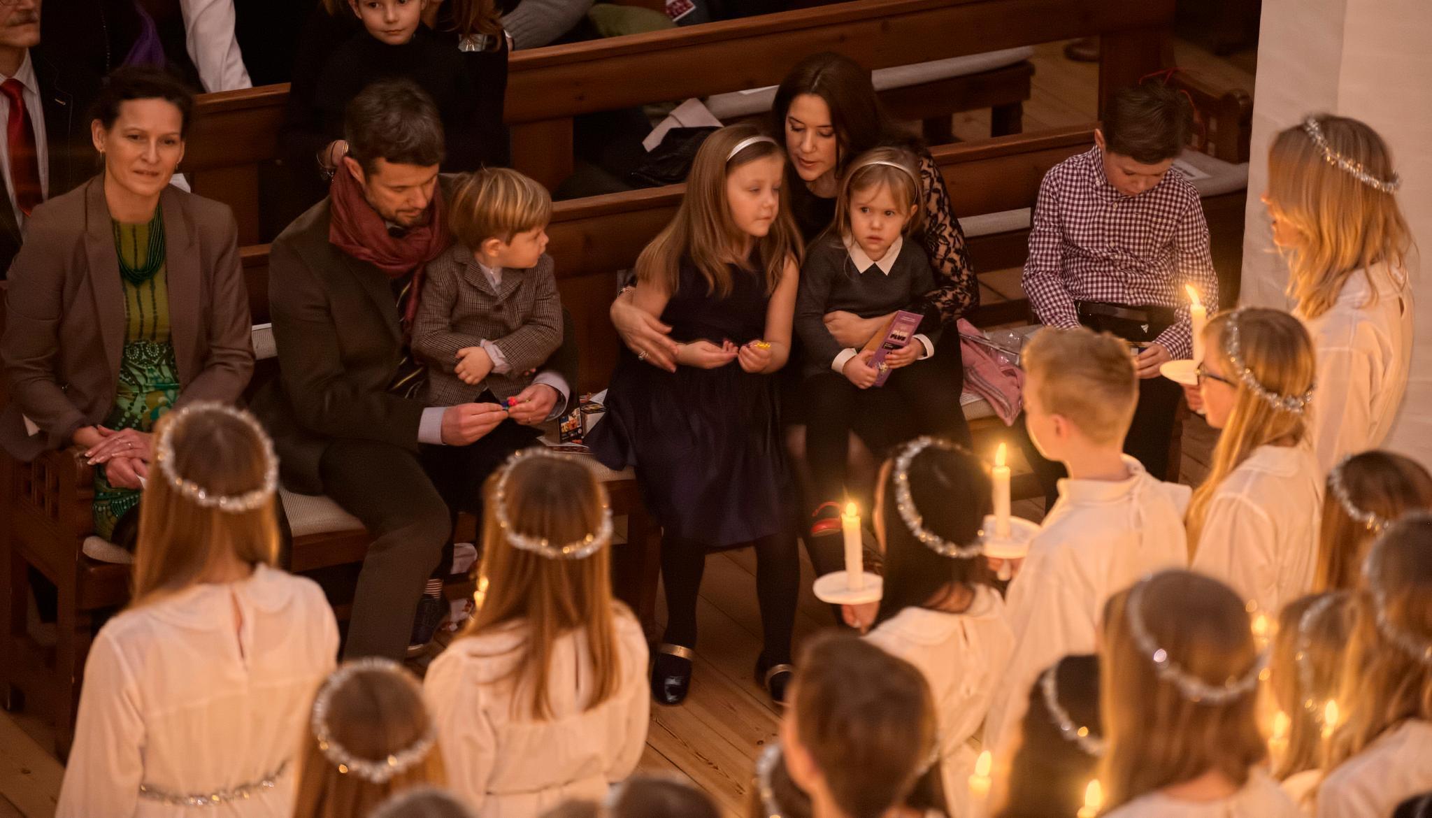 Auch das gehört in Dänemark zu Weihnachten: Prinz Frederik und Prinzessin Mary sind mit ihren Kindern zu einem Konzert in der Esajas Kirche in Kopenhagen. Lucia-Kinder mit Kerzen in den Händen und langen, weißen Gewändern singen für sie.