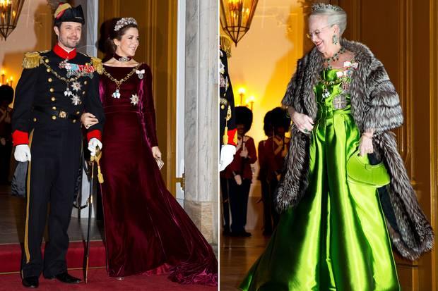 Wahrhaft königlich und hochdekoriert begrüßte Königin Margrethe beim traditionellen Empfang auf Schloss Amalienborg das neue Jahr. Ihr Sohn Prinz Frederik und seine Gattin Prinzessin Mary zeigten sich ebenfalls in angemessenem Gewand.