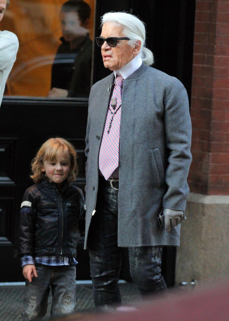 Patenonkel mit Leidenschaft: Karl Lagerfeld, kümmert sich liebevoll um den fünfjährigen Hudson, Sohn des Models Brad Kroenig. Bei den Schauen des Designers sitzt der Kleine in der ersten Reihe.