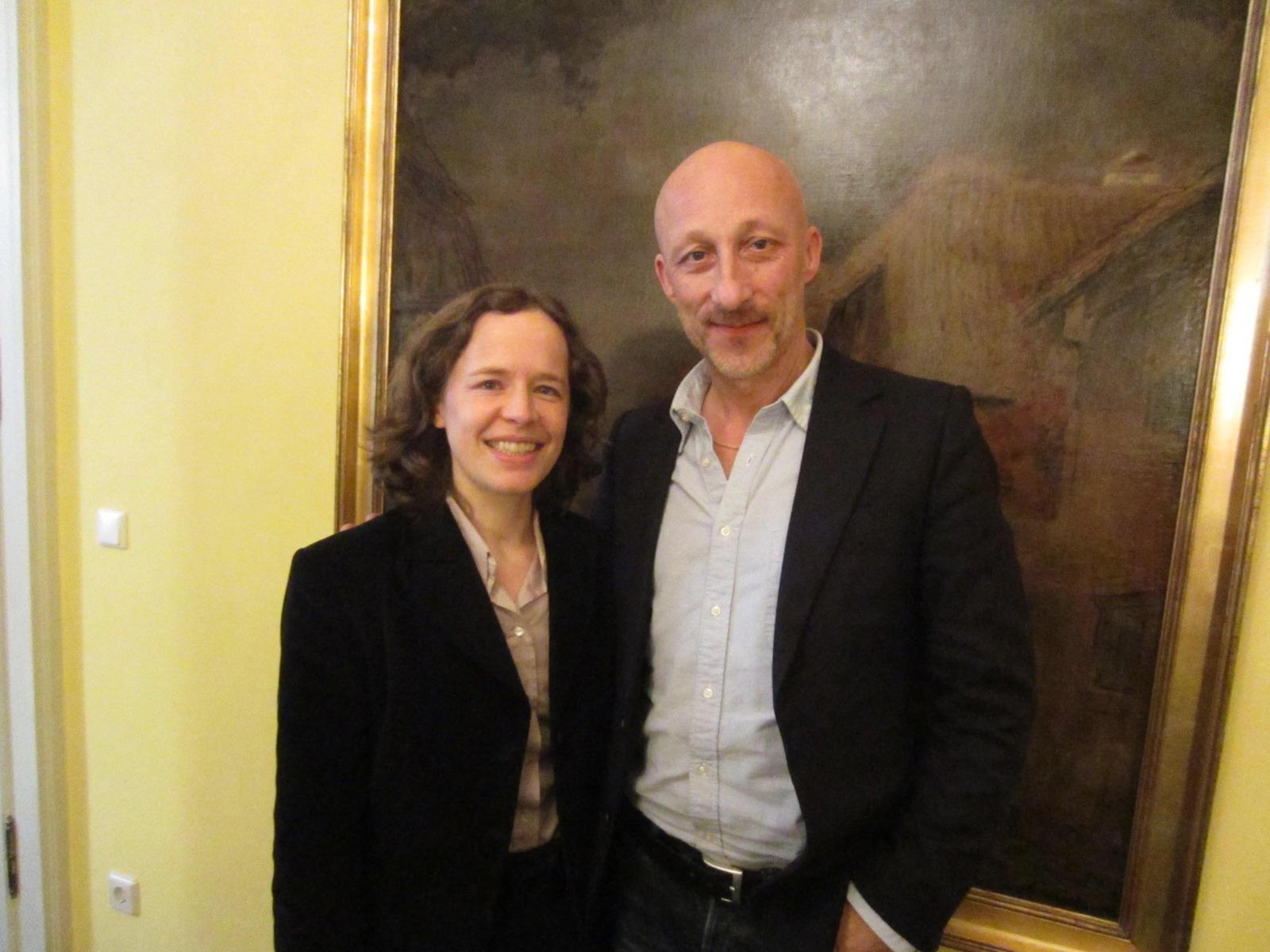 Regisseur Hirschbiegel mit GALA-Königshausexpertin Stefanie Richter beim Interview in München.
