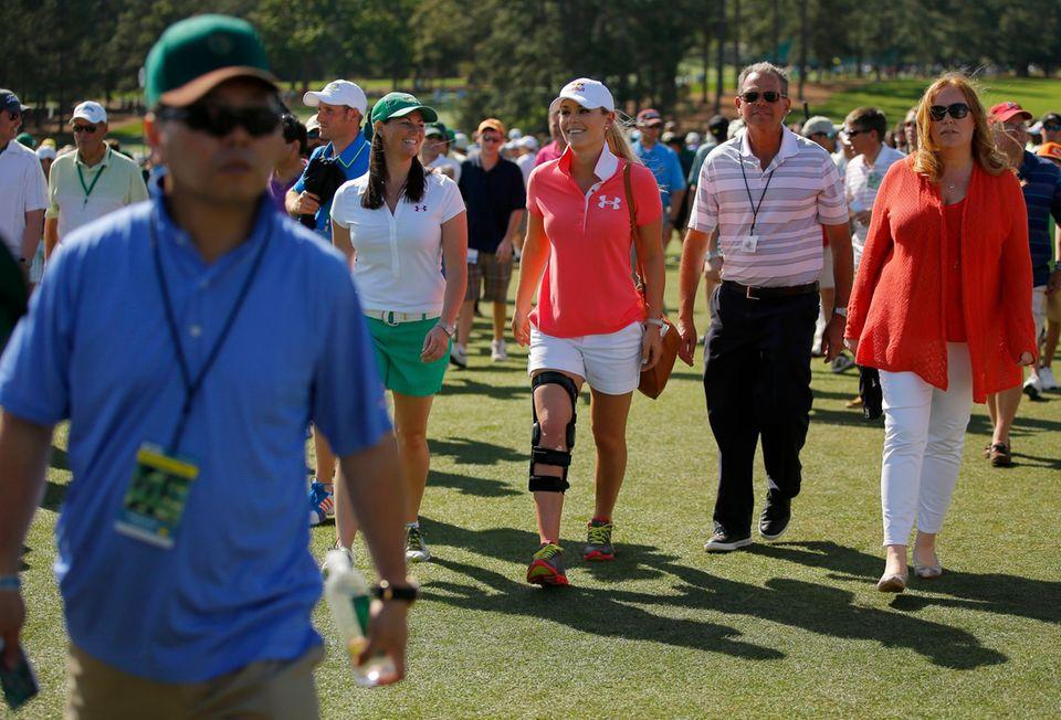 Lindsey Vonn zog sich bei einem Sturz im Febuar 2013 einen Kreuzbandriss und einen Innenbandriss im rechten Knie zu. Hier sieht man sie mit Knieorthese bei einem Golfturnier im April 2013.