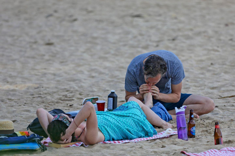 Anne Hathaway ist mit dem Schrecken davongekommen: Adam Shulman zutzelt an ihrem Zeh.
