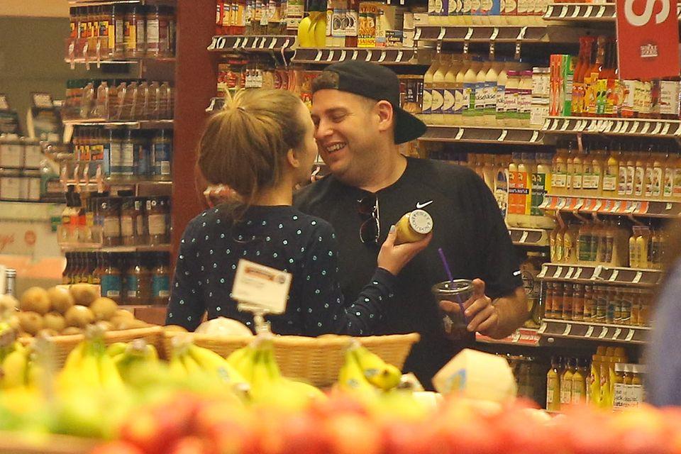 Jonah Hill und Isabelle Mcnally zeigen sich ganz verliebt in einem Supermarkt in West Hollywood.