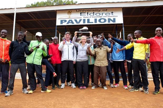 In Eldoret sucht Anni Friesinger gemeinsam mit ihrem Co-Trainer und ehemaligen Betreuer Michi Stöberl vier kenianische Lauftalente.