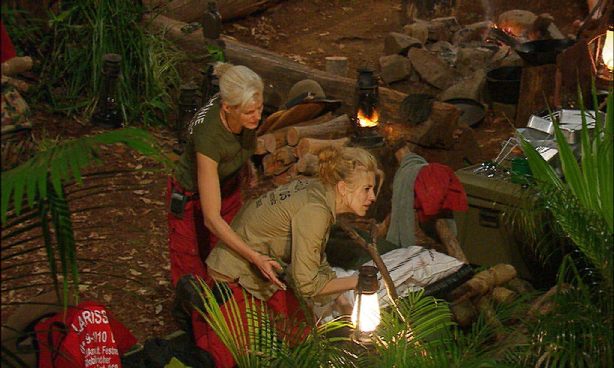 """Tag 3  Larissa Marolt schnappt sich den Feuerhaken und versucht Spinnen zu vertreiben. Melanie versucht ihr den Haken abzunehmen. Alle Infos zu """"Ich bin ein Star - Holt mich hier raus!"""" im Special bei RTL.de: http://www.rtl.de/cms/sendungen/ich-bin-ein-star.html"""
