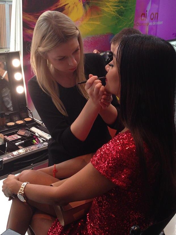 Verona Pooth ließ sich beim Gala Fashion Brunch an der Make-up-Station von Maybelline aufhübschen.