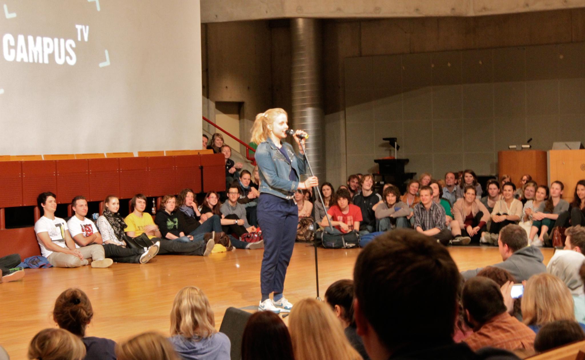 """Julia Engelmann beim """"5. Bielefelder Hörsaal-Slam"""" im Sommer 2013. Der Auftritt machte sie deutschlandweit berühmt, nachdem das Video bei Facebook geteilt wurde."""