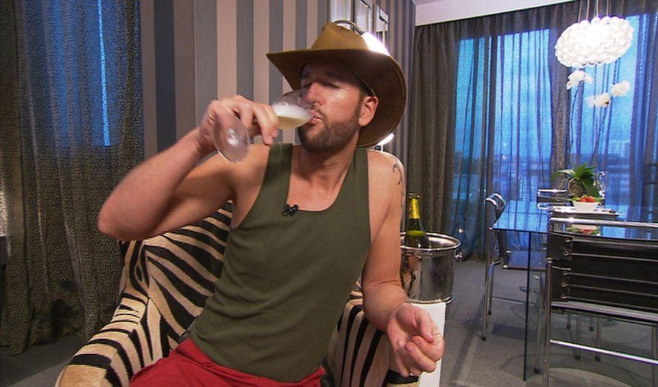 """Dschungelcamp: Der Wendler lässt es sich nach seinem freiwilligen Camp-Auszug mit Schampus gut gehen, will dann aber doch wieder zurück in den Dschungel. Ich bin ein Star - Holt mich hier raus!"""" im Special bei RTL.de"""
