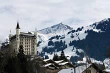 """Wintermärchen: In der katholischen Kirche St. Josef will sich das Paar am 1. Februar angeblich trauen lassen. Am Vorabend soll es im """"Bergrestaurant Eggli"""" einen zünftigen Polterabend geben. Das Nobelhotel """"Palace"""" (im Bild) ist für das Wochenende ausgebucht."""