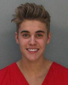 So heiter sieht man festgenommene Promis selten auf ihren Polizeifotos: Justin Bieber scheint das Lachen noch nicht vergangen zu sein.