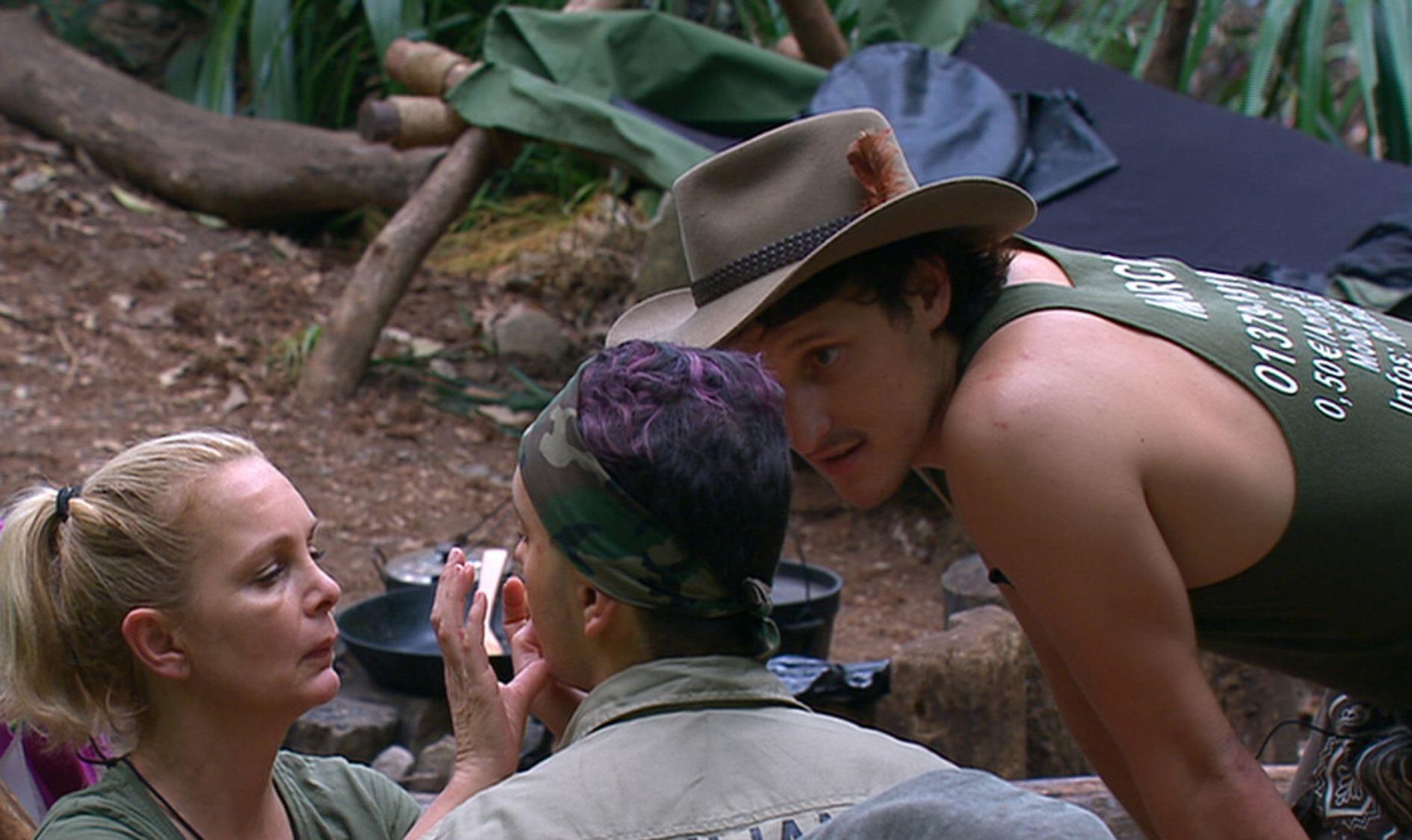 """Dschungelcamp: Corinna Drews verarztet Julian F.M. Stöckels angebliche Herpeslippe. Daran ist Marco Angelini offenbar sehr interessiert. Alle Infos zu """"Ich bin ein Star - Holt mich hier raus!"""" im Special bei RTL.de"""
