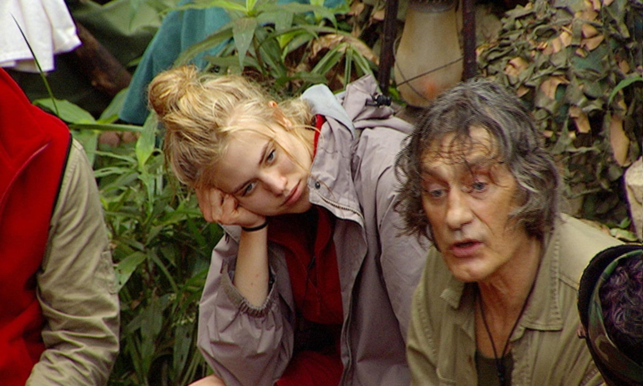 """Dschungelcamp: Larissa Marolt hört zu, während Winfried Glatzeder von seinen Schönheits-OPs erzählt. Alle Infos zu """"Ich bin ein Star - Holt mich hier raus!"""" im Special bei RTL.de"""