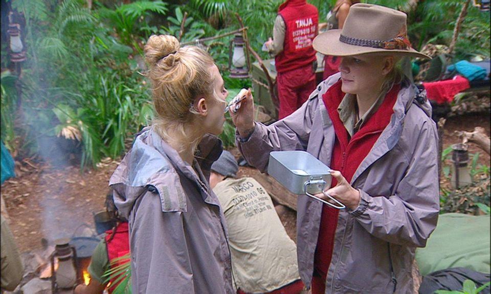 """Dschungelcamp: So hält Larissa wenigstens mal kurz den Mund: Sie wird von Melanie gefüttert. Alle Infos zu """"Ich bin ein Star - Holt mich hier raus!"""" im Special bei RTL.de"""