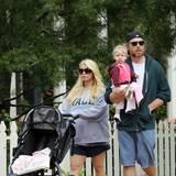 Auch in ihrer zweiten Schwangerschaft hat Jessica Simpson nach eigener Aussage mehr zugenommen, als ihr lieb ist. Hier macht sie mit Babybauch, ihrem Verlobten Eric Johnson und Tochter Maxwell einen Osterspaziergang.
