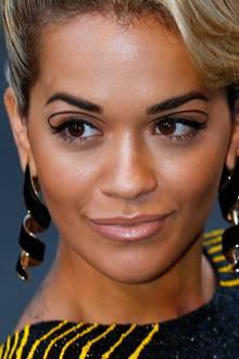 Rita Oras Kajalstrich will gar nicht enden und schlägt einen Bogen zurück aufs Augenlid.