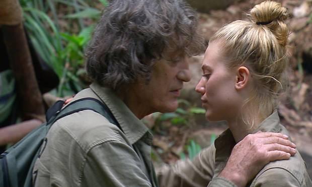 """Dschungelcamp: Winfried Glatzeder verabschiedet sich mit einer kühlen Umarmung von Larissa Marolt. Alle Infos zu """"Ich bin ein Star - Holt mich hier raus!"""" im Special bei RTL.de"""