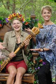 """Tag 16  Melanie Müller wird von Sonja Zietlow und Daniel Hartwig zur Dschungelkönigin 2014 gekrönt.  Alle Infos zu """"Ich bin ein Star - Holt mich hier raus!"""" im Special bei RTL.de: http://www.rtl.de/cms/sendungen/ich-bin-ein-star.html"""