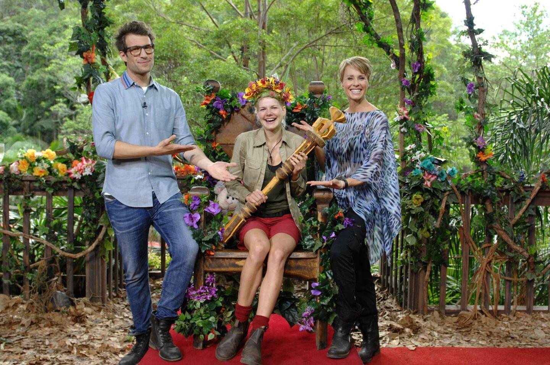 Dschungelcamp: 8. Staffel - 2014 - Melanie Müller Die Moderatoren Daniel Hartwich und Sonja Zietlow feiern Melanie Müllers Sieg.