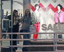 Amber Heard und Lily-Rose Depp gönnen sich eine Shopping-Tour.