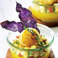 Jakobsmuschel mit geliertem Pfirsich und blauen Kartoffelchips