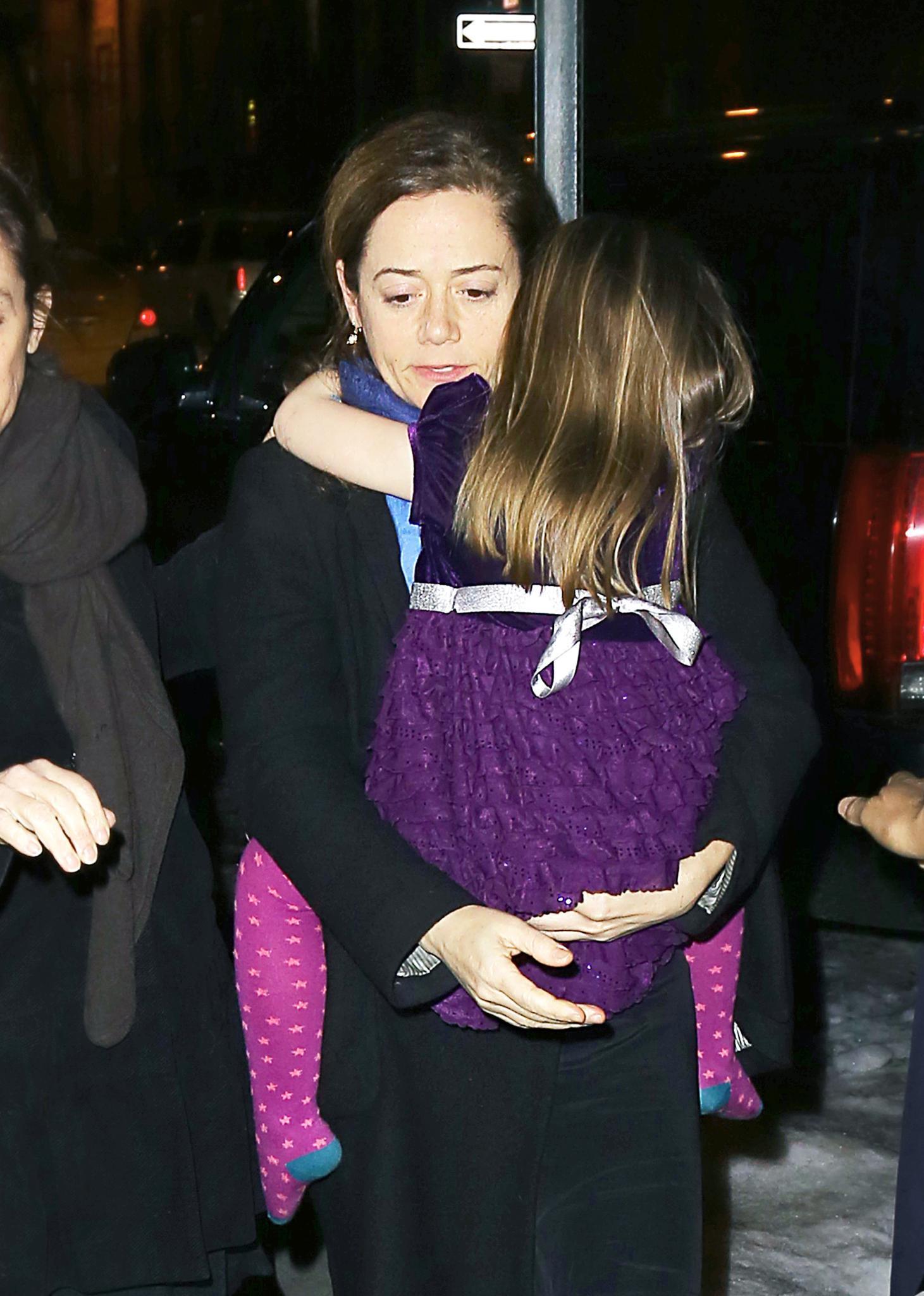 Mimi O'Donnell, die Ex-Partnerin von Philip Seymour Hoffman, spendet ihrer Tochter Willa Hoffman, fünf, Trost.
