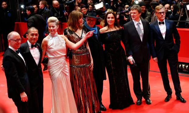 Die internationale Jury um Christoph Waltz posiert bei der Eröffnung des Filmfestes auf dem roten Teppich.