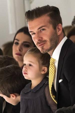David Beckham und seine Kinder sitzen bei der Modenschau von Victorias Label in der ersten Reihe