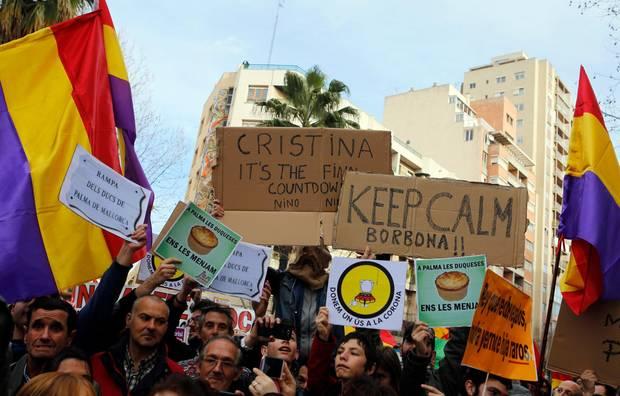Demonstranten vor dem Gerichtsgebäude auf Mallorca, in dem die Anhörung von Prinzessin Cristina stattfand.
