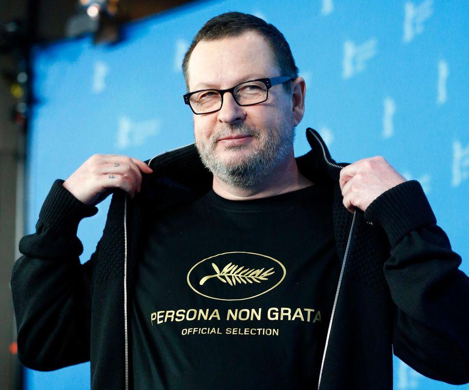 """In Anspielung auf den Zwischenfall in Cannes 2011 trägt Lars von Trier ein T-Shirt mit dem Aufdruck """"Persona Non Grata""""."""