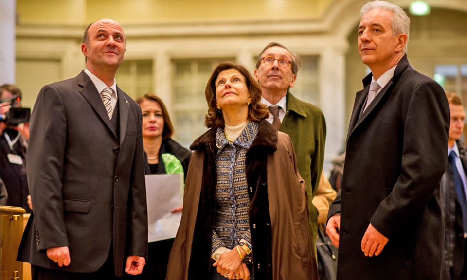 Königin Silvia von Schweden bei ihrer Ankunft in Dresden. Gemeinsam mit Sachsens Ministerpräsident Stanislaw Tillich (rechts) besichtigt sie die weltbekannte Frauenkirche.