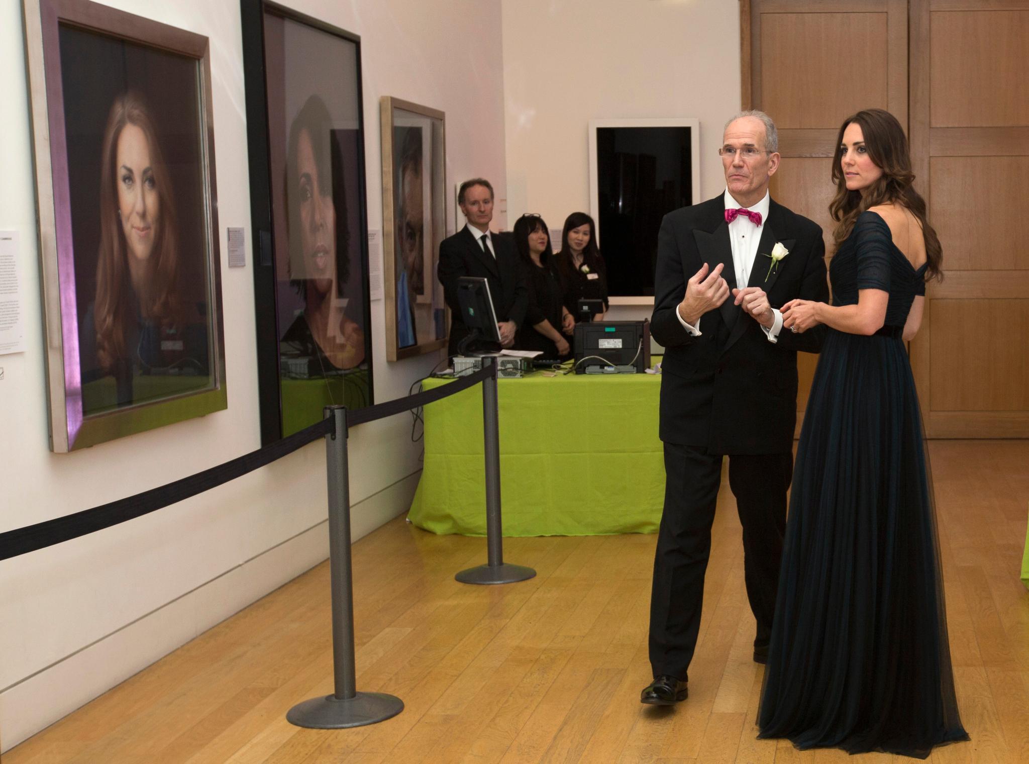 Herzogin Catherine schaut sich mit Museumsdirektor Sandy Nairne ihr offizielles Porträt an, das am 11. Januar 2013 enthüllt wurde.